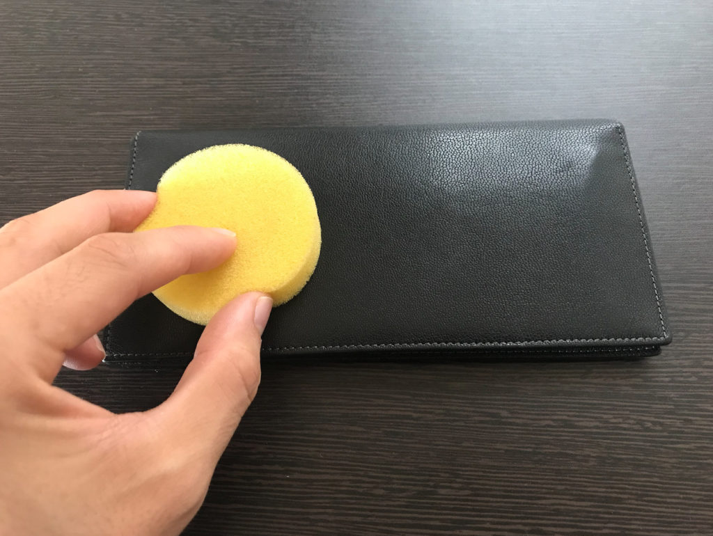 財布にラナパーを塗る