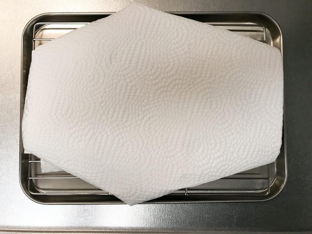 塩漬けしたらキッチンペーパーで包む