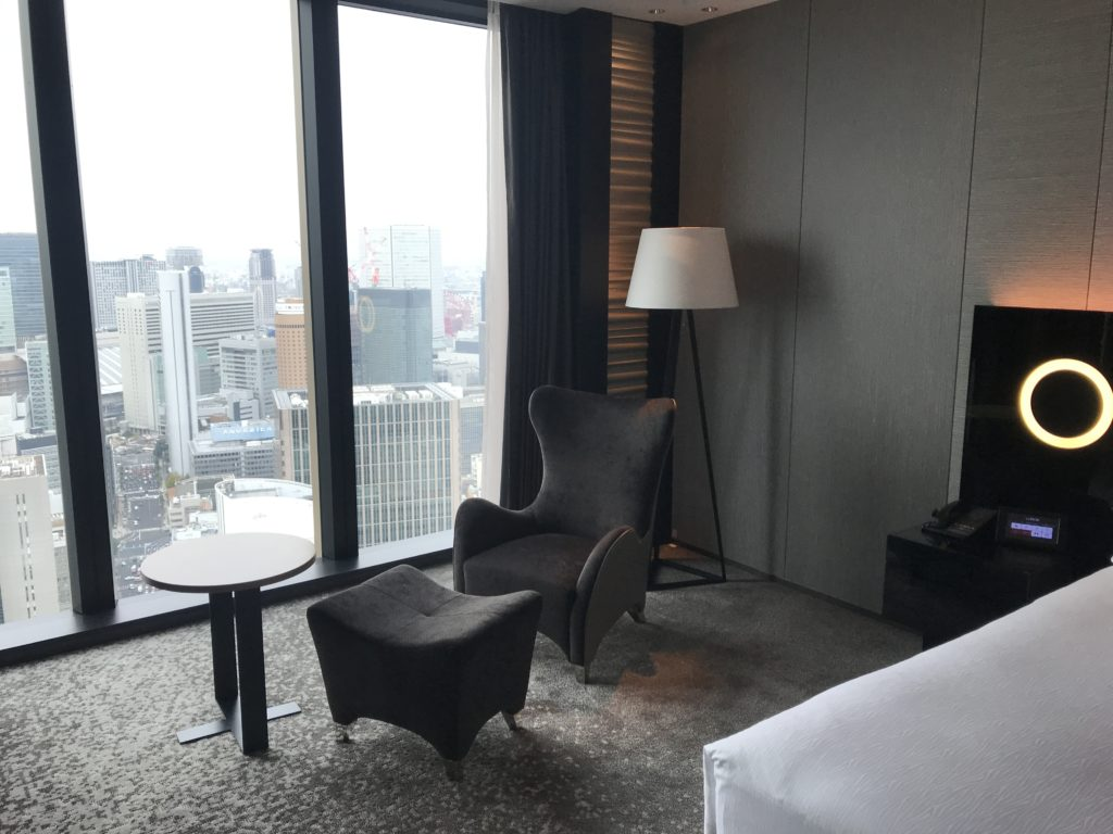 コンラッド大阪のベッドルームのソファ