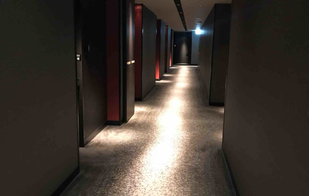 コンラッド大阪の部屋に続く廊下