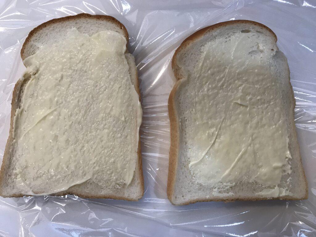 食パンにマヨネーズを塗る