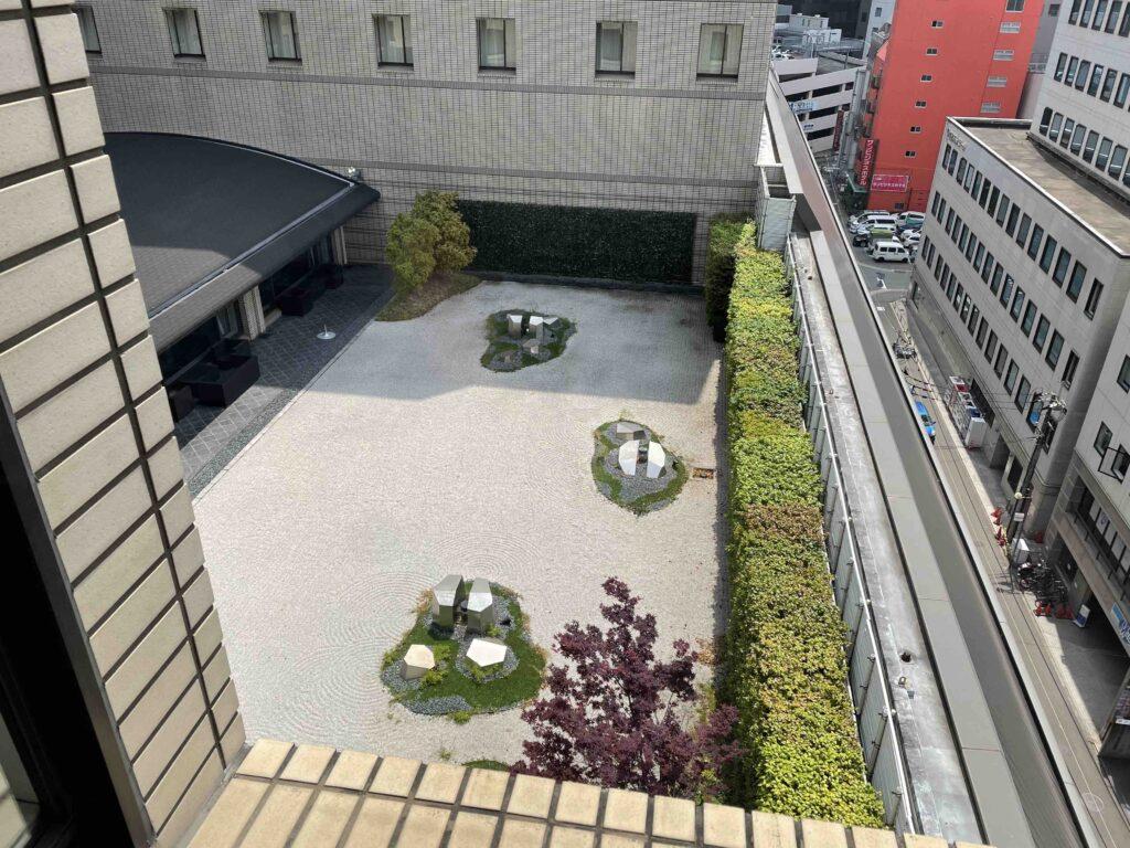 ホテルから見えた中庭