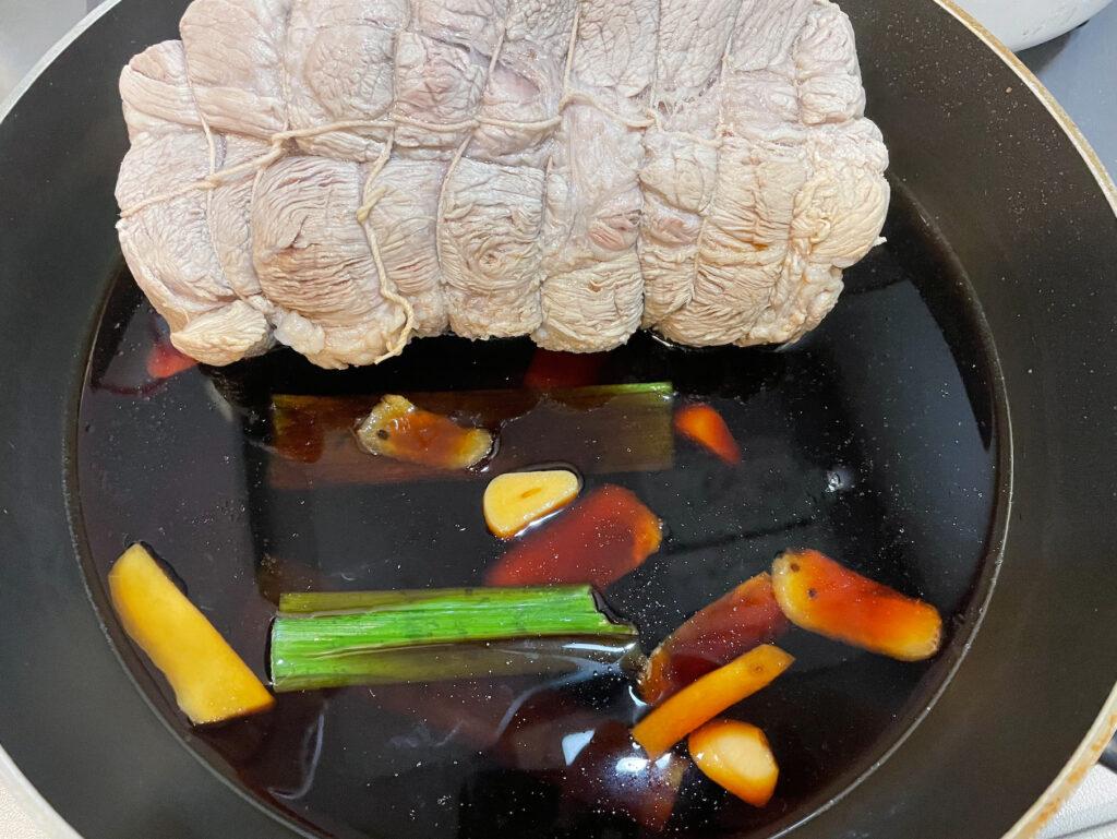 豚肩ロース肉でチャーシューを作る|タレに肉をドボン