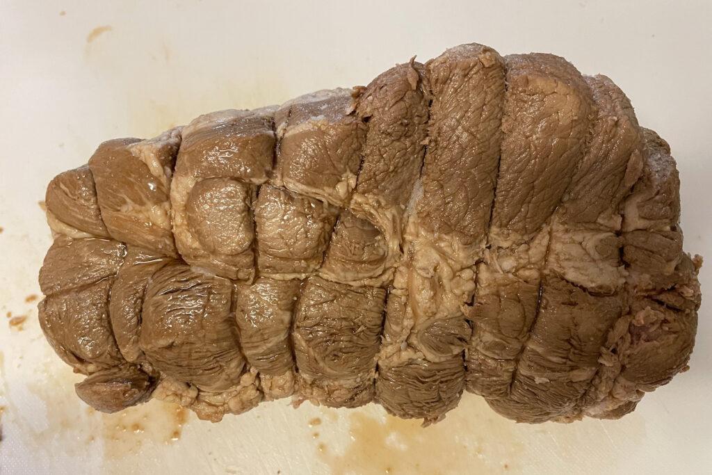 豚肩ロース肉でチャーシューを作る|タコ糸を切る