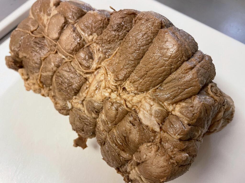 豚肩ロース肉でチャーシューを作る|袋から肉を取り出す