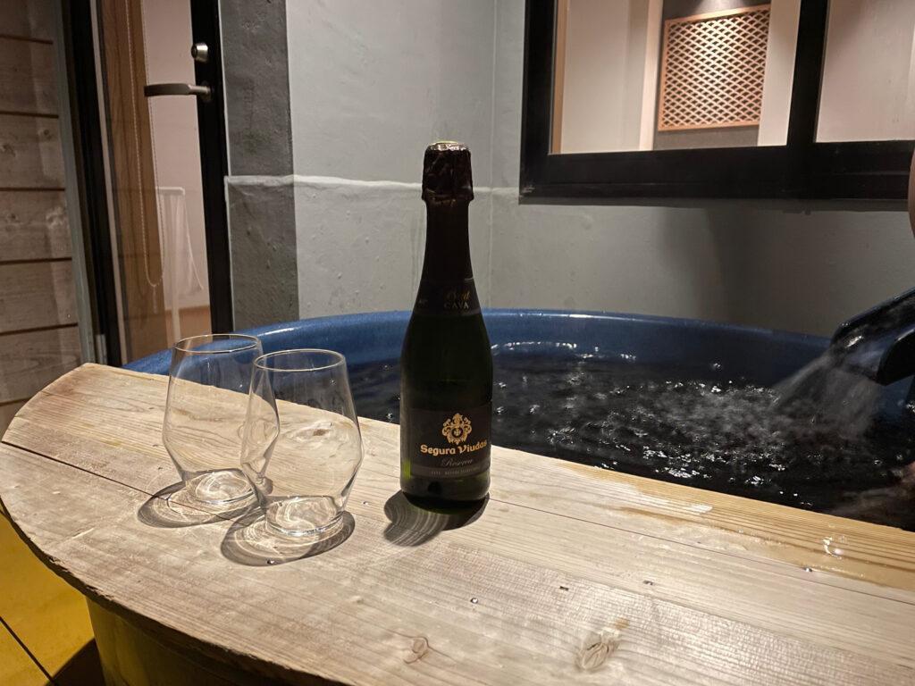 露天風呂付き客室に宿泊するメリットと注意点を解説:露天風呂でかんぱい!